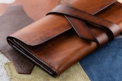 偶然手工制造棕色皮革钱包 库存图片