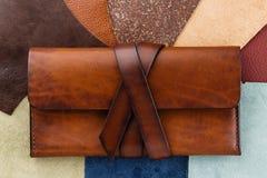 偶然手工制造棕色皮革钱包 库存照片