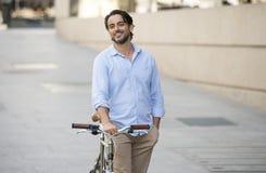 偶然时髦衣裳微笑的快乐的骑马的愉快的可爱的拉丁人在葡萄酒凉快的减速火箭的自行车 免版税库存图片