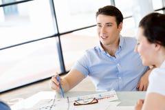 偶然的年轻人在办公室 免版税库存照片