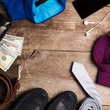 偶然精神时尚和成套装备在木桌,平的位置,顶视图上 正方形 免版税库存图片