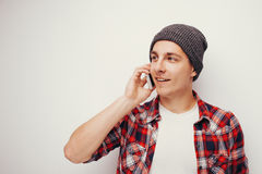 偶然红色衬衣的年轻学生谈话在智能手机 免版税库存照片