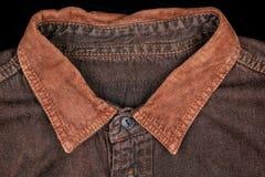 偶然衬衣衣领特写镜头在褐色的 库存照片