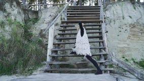偶然跳舞的当代舞蹈的俏丽的年轻白种人妇女户外 跳舞在a的紧的绑腿的灵活的女孩 股票视频