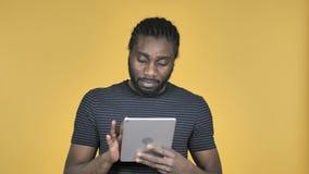 偶然非洲人浏览互联网,使用片剂 股票视频