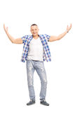 偶然年轻人,微笑和打手势用他的手 免版税库存图片
