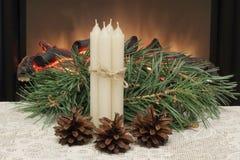 偶然 圣诞节 白色蜡蜡烛栓与稀薄的黄麻绳子、杉木锥体和杉木分支在白色鞋带餐巾反对 库存照片
