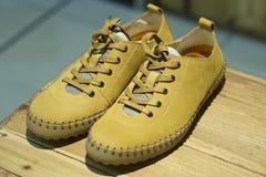 偶然黄色鞋子 免版税库存图片