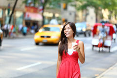 偶然年轻都市妇女饮用的咖啡纽约 免版税图库摄影