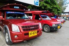 偶象传统红色卡车在清迈,泰国乘出租车停放和等待乘客在拱廊汽车站 免版税库存图片