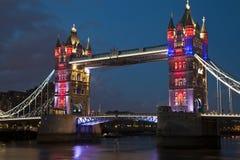 偶象伦敦塔桥梁在晚上 免版税库存图片
