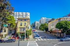 偶象伦巴第街道小山的美好的旅游看法在街市旧金山 免版税库存照片