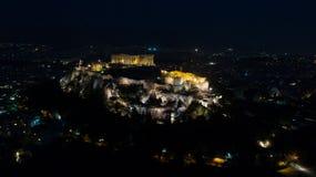 偶象古老上城小山空中夜录影和帕台农神庙在晚上,雅典历史的中心 免版税库存照片