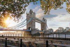 偶象塔桥梁在秋天日出期间的伦敦 免版税库存图片