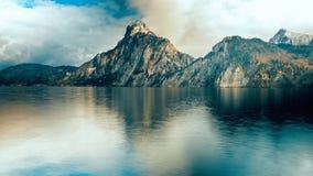 偶象山在湖附近冠上在奥地利 免版税库存照片