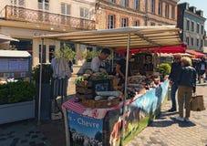 偶象街市用各种各样的香肠在翁夫勒北法国镇  免版税库存照片