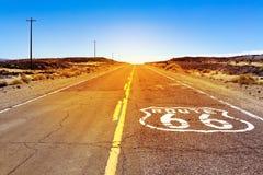 偶象路线66签到美国沙漠土地 库存图片