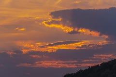 偷看从云彩的后面天空和太阳的神的秀丽在日落期间的 库存图片