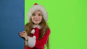 偷看从蓝色委员会的后面儿童女孩 绿色屏幕 影视素材