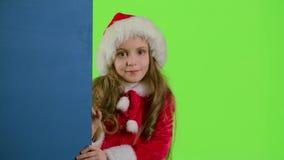 偷看从蓝色委员会的后面圣诞老人帮手 绿色屏幕 影视素材