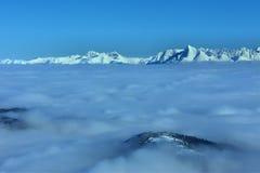 偷看在云彩外面的山顶 免版税库存图片