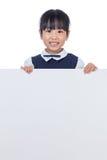 偷看在白板后的亚裔中国小女孩 免版税库存图片