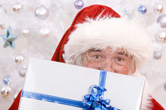偷看的圣诞老人 免版税库存照片