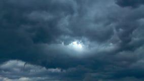 偷看通过云彩的太阳 库存照片