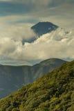偷看通过云彩的富士山山顶画象 库存照片