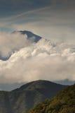 偷看通过云彩的富士山山顶画象 免版税库存照片