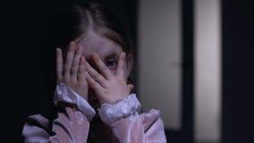 偷看通过手指的害怕的女性孩子在照相机、恐惧和忧虑概念 股票视频