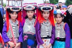 傈僳小山部落青春期前的女孩穿有黑圆傈僳头饰的传统部族服装在Akha摇摆节日2018年 库存图片