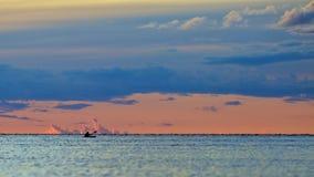 傍晚平安皮船的湖 库存图片