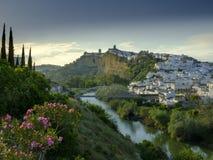 傍晚落在卡约埃尔考斯德拉弗龙特拉,安达卢西亚,西班牙镇的日落光  库存图片