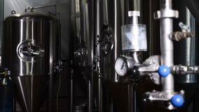 储存箱在啤酒厂 酿造工厂户内 啤酒工厂内部与桶酿造和机器 啤酒 股票录像