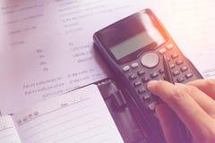 储款、财务、经济和办公室概念,商人usin 免版税图库摄影