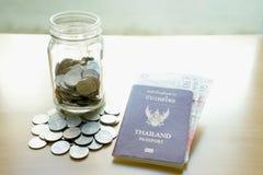 储款有货币的一个瓶子旅行的 免版税库存图片