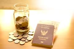 储款有货币的一个瓶子旅行的 免版税库存照片