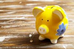 储款概念 存钱罐和金钱在黑暗的木背景 免版税库存照片