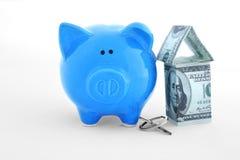 储款概念 有钥匙和房子形象的存钱罐 免版税库存图片