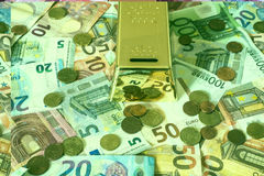 储款现金金钱概念欧洲钞票在书桌存钱罐金型钢救球的所有大小和分硬币 免版税库存照片