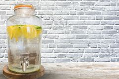 储水箱或柠檬水分配器在咖啡馆 库存照片