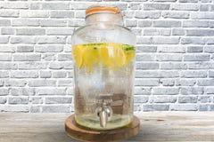 储水箱或柠檬水分配器在咖啡馆 免版税图库摄影