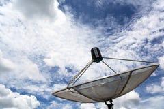 储蓄在屋顶的照片卫星盘有蓝天的 图库摄影