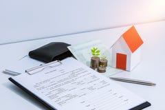 储蓄存款存款簿或财政决算,纸房子方式 免版税图库摄影
