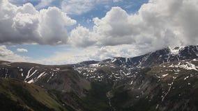 储蓄录影镜头高山飞行在山峡谷 影视素材