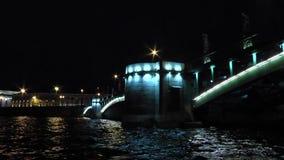 储蓄桥梁的夜照明设备 股票录像