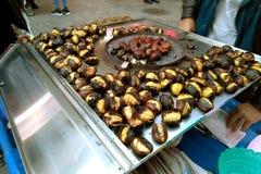 储蓄照片油煎了在街道街道食物烤栗子的栗子 图库摄影