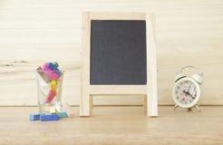 储蓄照片:与空的黑板和色的白垩的静物画 库存照片