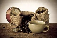 储蓄照片:与老葡萄酒书的咖啡豆 免版税库存照片